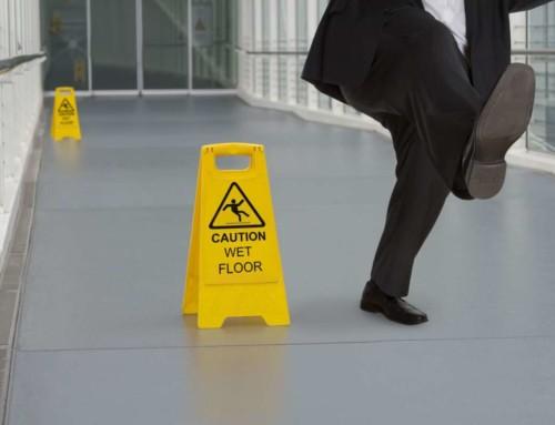 Il datore non è responsabile per la caduta del dipendente sul pavimento bagnato
